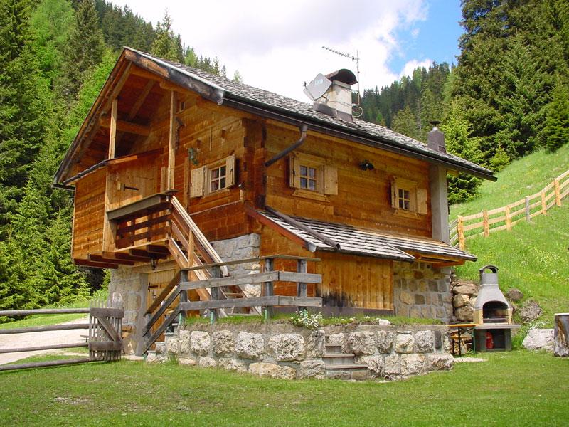 La baita di montagna pradel sopra canazei nelle dolomiti for Piccole case di montagna